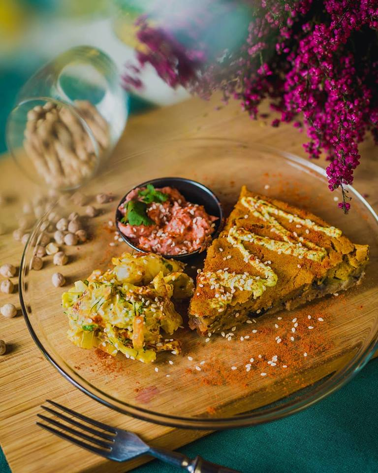 ''Our (gluten free) quiche made from chickpea flour and with bellpepper, broccoli, mushrooms, homemade 'cheddar' sauce. Served with our coleslaw salad and hummus!'' VI!!